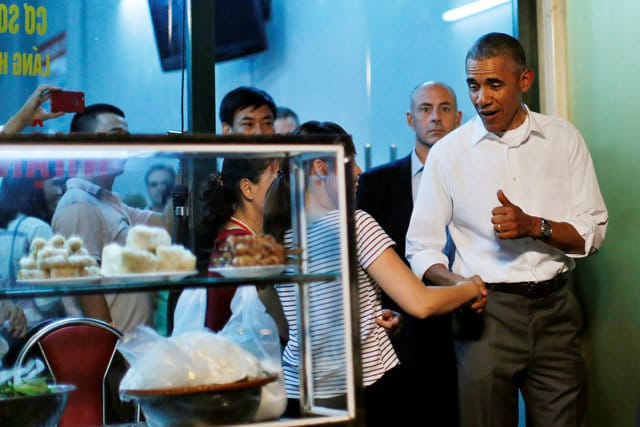 Obama Tastes Bun Cha Dish at Hanoi's Eatery